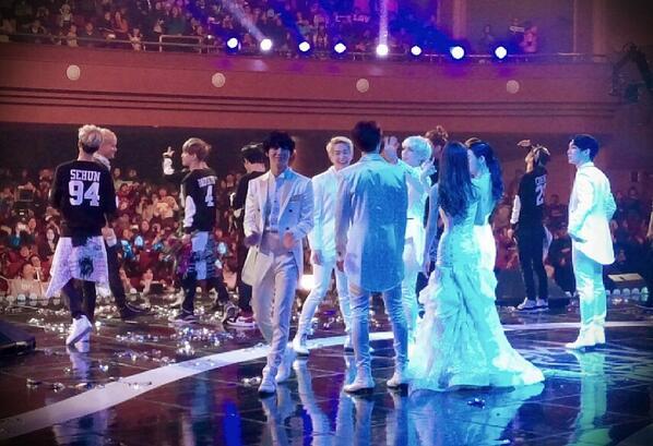 대상 시상 무대에서...  앵콜 마이크 챙겨주는 선배, 샤이니 종현 빛났습니다. 진심 멋졌습니다. http://t.co/jsct9wjX3j