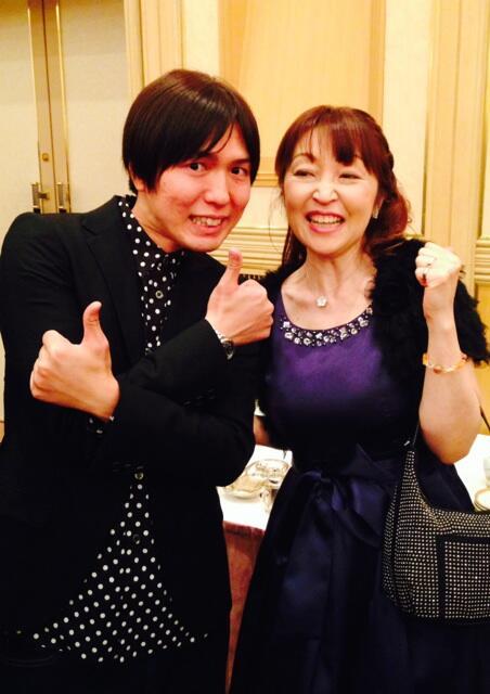 青二の後輩で、大スター!拙著『運を操る魔法』をはじめ、占い師・富士川碧砂の活動をいつも応援して下さっているのは、誰?そう、神谷浩史さん!神谷さんと新年会でお会いして写真を撮影していただきました。優しい後輩の暖かいお心遣いに感謝! http://t.co/3MBdc0PduC