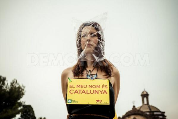 Pro-independence protest in front of Catalan parliament http://t.co/Fk4GwU3n2Q http://t.co/c2OaARxh2w