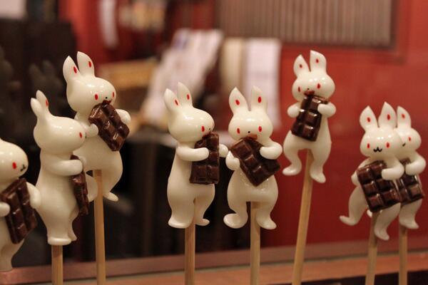あめぴょん、チョコに夢中! 今年もバレンタイン限定のチョコあめぴょん始めました。チョコ部分は、ココアパウダーをたっぷり練り込んだチョコ味の飴です! pic.twitter.com/9RvNCYJX78