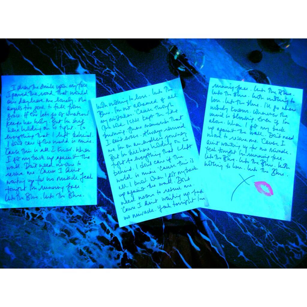 Single > 'Into The Blue'   - Página 10 BeLy77_IUAAO12-
