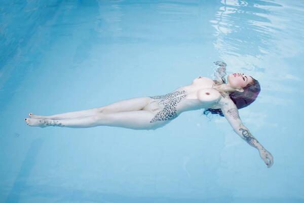 Creo que encontré a mi Suicide Girl favorita. Ese tatuaje del abdomen esta muy chingon. http://t.co/vci2EvyeG1