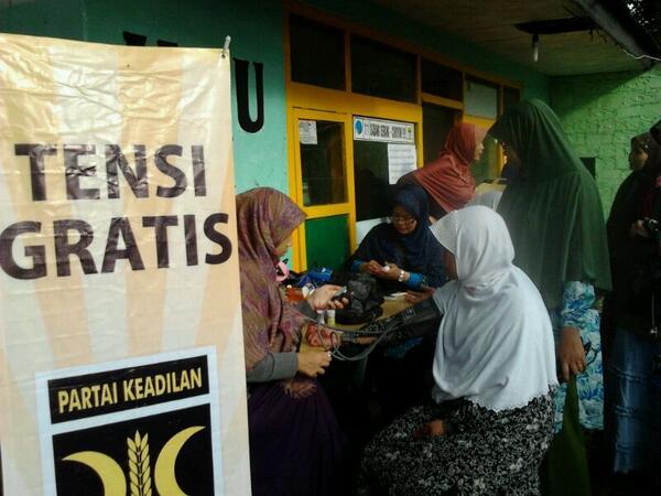 Ibu Runingsih menyapa warga di Layanan Kesehatan PKS