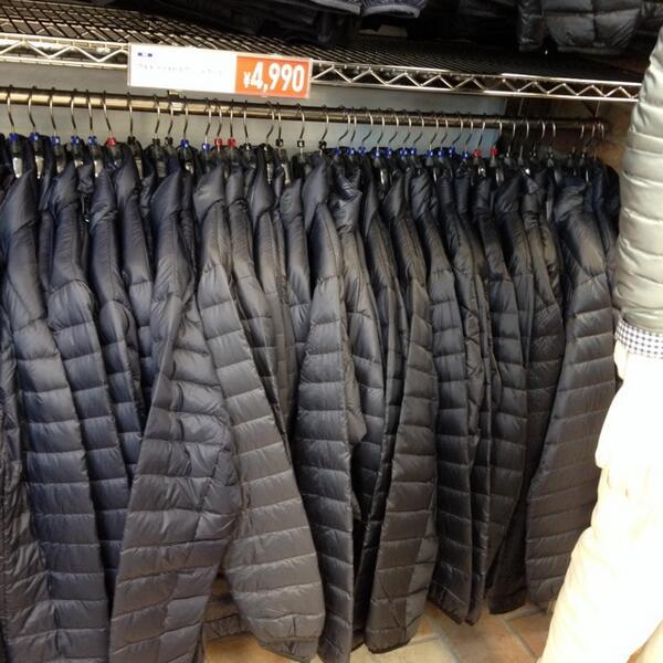 【惨劇】ユニクロのダウンジャケットを着てユニクロへ来て他の上着を試着していたら店員に自分のダウンジャケットを陳列棚に入れられた(;゚ロ゚)_人人 人人 人_ >この中のどれか<  ̄Y^Y^Y^Y^Y ̄ pic.twitter.com/f5vRZkklE8