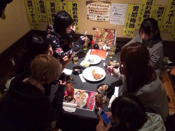このでんぱ組の食事風景完全にツイッターのオフ会じゃん http://t.co/788NcXenNU