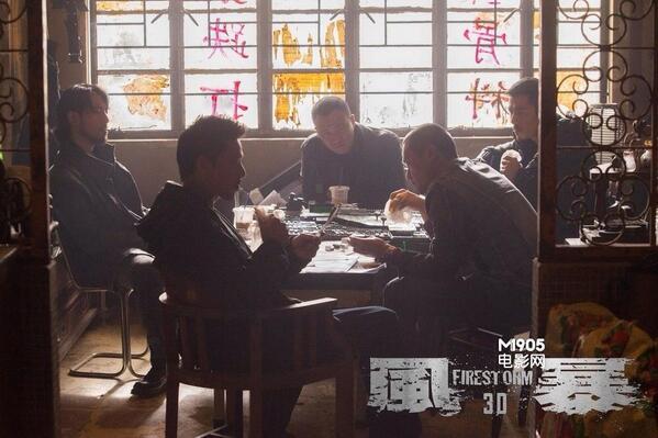 (とくに)香港映画の「チーム飯」が大好きです。捜査班とか犯人グループがテーブルを囲んで何か飲んだり食べたり張り込みの報告を受けたり逃走経路を練ったりしてると多幸感で死にそうになる。画像は『風暴』だけど、『証人』の冒頭とかたまらん。
