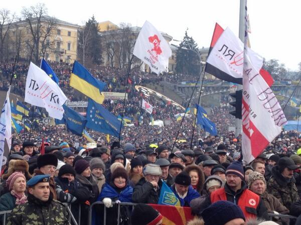 В Киеве около 200 тыс. украинцев вышли на вече против диктатуры