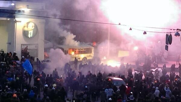 Ну наконец-то RT @tutby: В Киеве милиция применяет слезоточивый газ и резиновые пули для разгона протестующих. http://t.co/pxX7eDdFEU