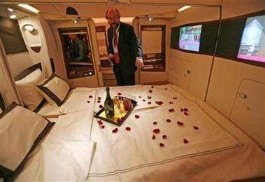 """""""비행기에서 섹스는 안됩니다"""" 싱가포르항공이 더블 침대를 구비한 퍼스트클래스에서 섹스를 금지하는 규정을 마련했다. 지상 3천미터 상공에서 저런 분위기라면 당근 하고 싶지 않을까? http://t.co/IdWaBiDLIt"""