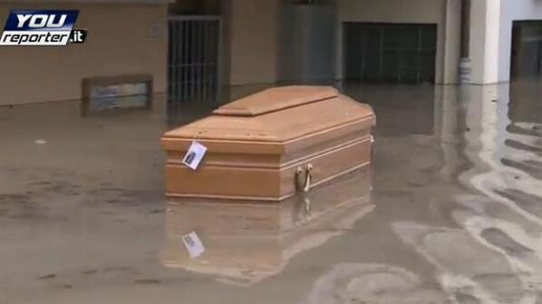 #AlluvioneMo #AllertaMeteoEr accade a #Bomporto bara galleggia in paese http://t.co/vK6G2FJpMk http://t.co/cZYX8ESDIl