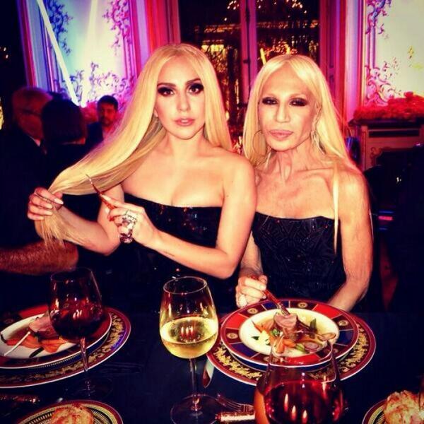 Lady Gaga dan Donatella Versace <3 http://t.co/akz0HzzvEb