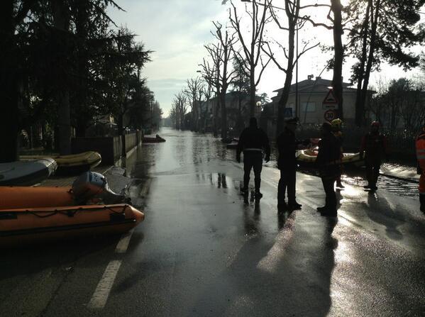 A bastiglia l'acqua si è ritirata di almeno 20 metri @gazzettamodena @FrancescoDondi #alluvioneMO allertameteoER  http://t.co/hLPEfC6hZK