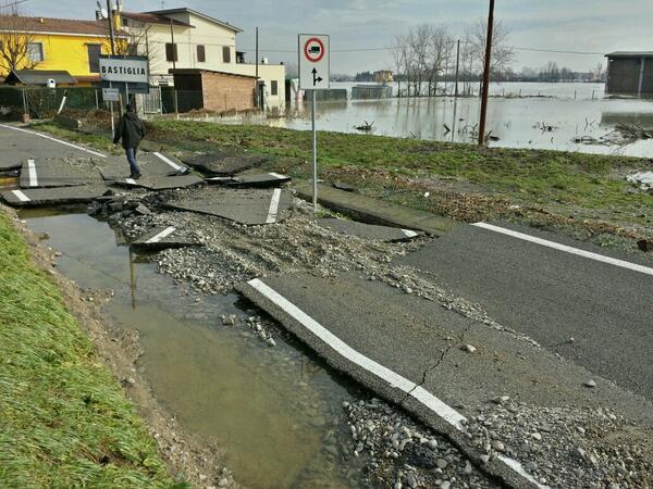 Naviglio ha distrutto via Albareto a Bastiglia. Evacuazioni in corso, solo elicottero. #Secchia #Modena #alluvioneMO http://t.co/AL6LDC2b2y