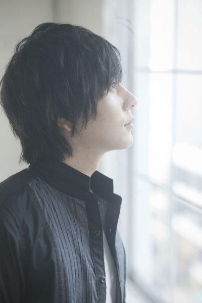 窓の外を見つめる山村隆太さん