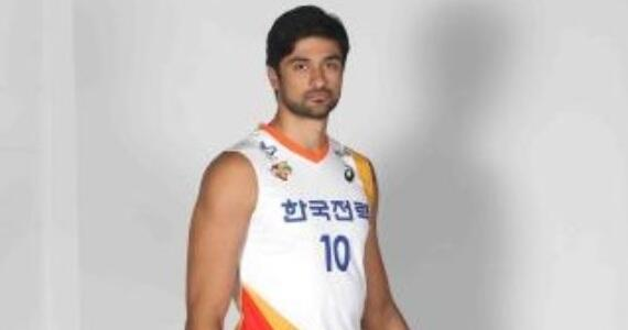 Na Coreia, @LeandroVissotto é apresentado com a camisa 10 do Kepco e deve estrear no sábado http://t.co/CH8rXzVEvL http://t.co/xrVlfhYzTC