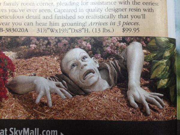アメリカで飛行機に乗るときに、いつも気になってしまうのが、機内にある通販雑誌のこちらの商品。庭の置物だそうですが、怖すぎやしませんかね。 http://t.co/pkhDKaiXNP