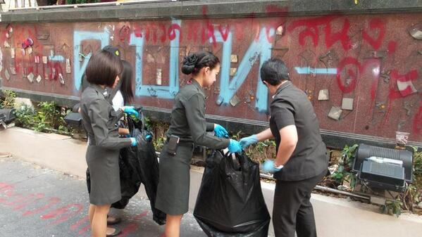 Officers cleaning up the 'symbolic' vandalism at the Natl. Police HQ by the militant NSPRT RT @fm91trafficpro: 16.30h http://t.co/u7zT5S3I7P