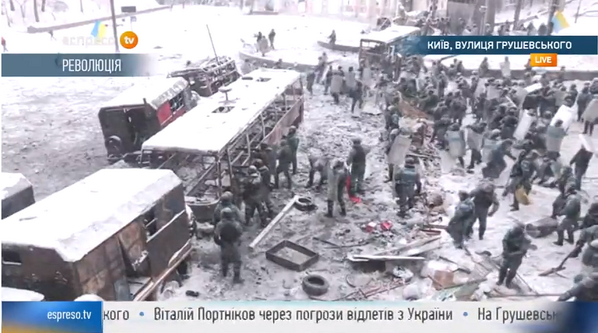 Riot police clearly in control now, ripping apart protesters barricades, chasing some down Hrushevskoho. #Ukraine http://t.co/itlRu9Ftic