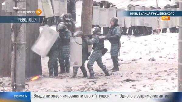Crowd swelling on Hrushevskoho Street in #Kyiv, #Ukraine Police actively firing rubber bullets at protesters. http://t.co/rKECOcWH6s
