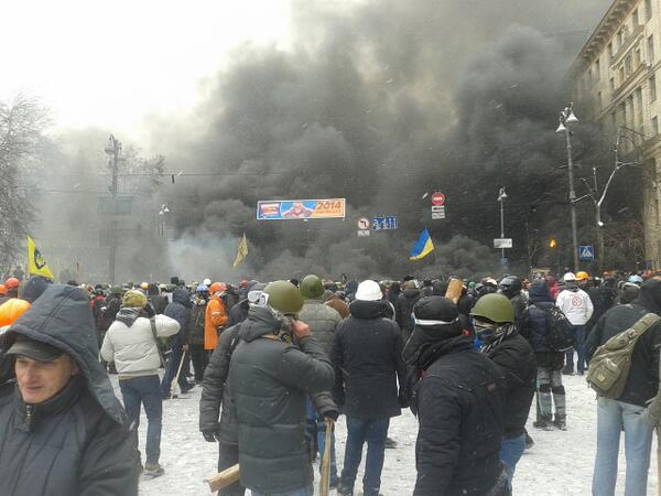 Huge clouds of smoke billowing over Kiev RT @alteravoce Клубы дыма, на фоне которых все фоткаются http://t.co/FsQSv7uNLU