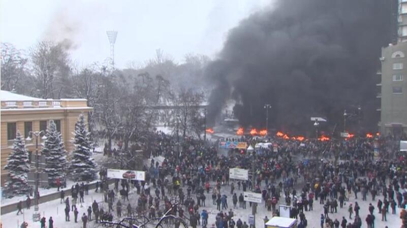 Espectaculares imágenes de los disturbios en Kiev Beli15SCcAEs2WD