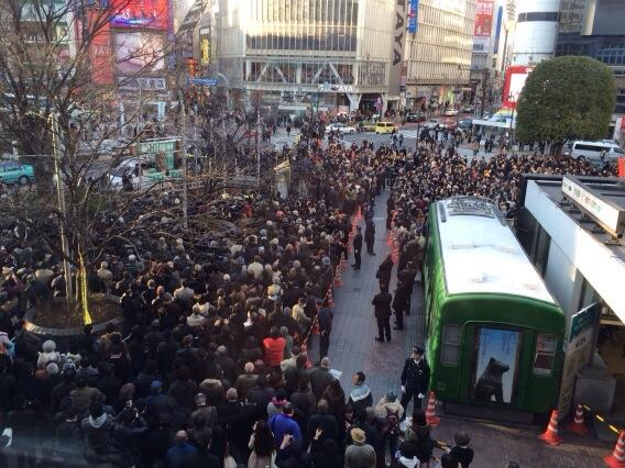 細川さん、渋谷での大演説会。宣伝カーの上には小泉さんの姿も。細川さんの話は、淡々とまじめに「なぜ自分が脱原発を決意したか」を語っていた。 http://t.co/ODFLpISfLl
