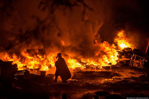 Not easy to dev a JS lib when this happens within a 10m walk; fights, corrupted gov, police torturing people #ukraine http://t.co/Fhsryxoa2c