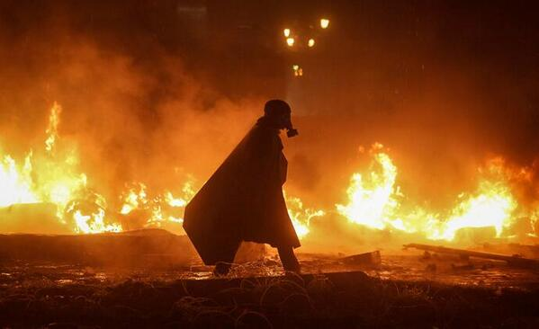 Not Darth Vader ... a protestor in #Kiev, #Ukraine. http://t.co/PFA0ZbyVAD
