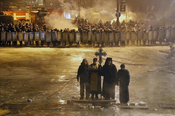 Incredible PHOTO!!! RT @KekHamo Orthodox priests stand between pro-#EU activists & police #Ukraine v @HuffPostUKPics http://t.co/F1aUZVrqT2