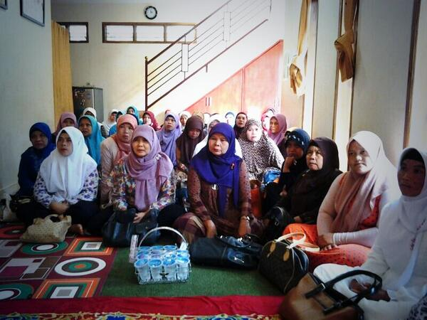 Ibu-ibu yang hadir di pengajian tokoh Cidadap