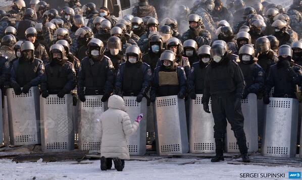 #Ukraine: A woman speaks as she kneels down in front of a line of riot police in the center of Kiev #euromaidan #AFP http://t.co/cf4WHPy728
