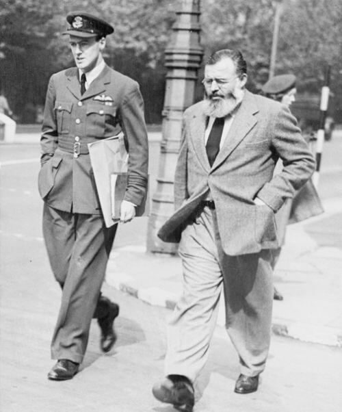 Roald Dahl & Ernest Hemingway, together in London in 1944 http://t.co/RvIykabmFE