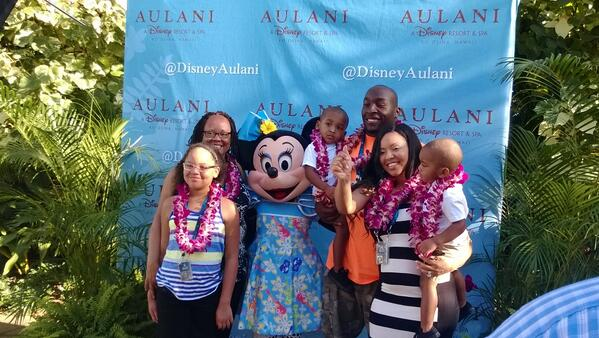 .@RobertMathis98 and family enjoying the .@NFLPA #ProBowl reception. http://t.co/dYPoIkdQUn