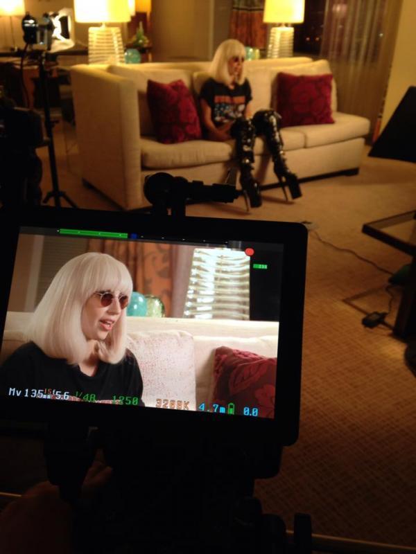 Foto - Lady Gaga dando uma entrevista esta noite: http://t.co/VAeoDnXAYq