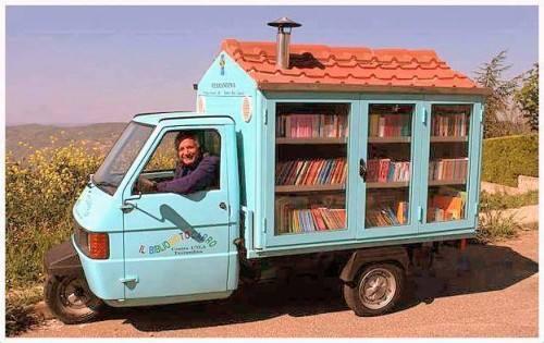 """Il Bibliomotocarro di Antonio che distribuisce libri gratis ai bambini per coltivare""""cultura"""" https://t.co/59cLoZkaJ7 http://t.co/XPUZn4C82N"""