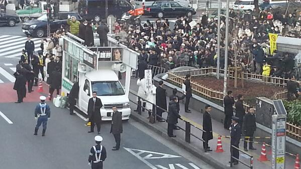 渋谷駅にて、細川元総理の街頭演説に遭遇。小泉元総理がこっちに手を振っています!観客も多いですが警察とSPの人も凄いです。 http://t.co/fyCGwUBCYN
