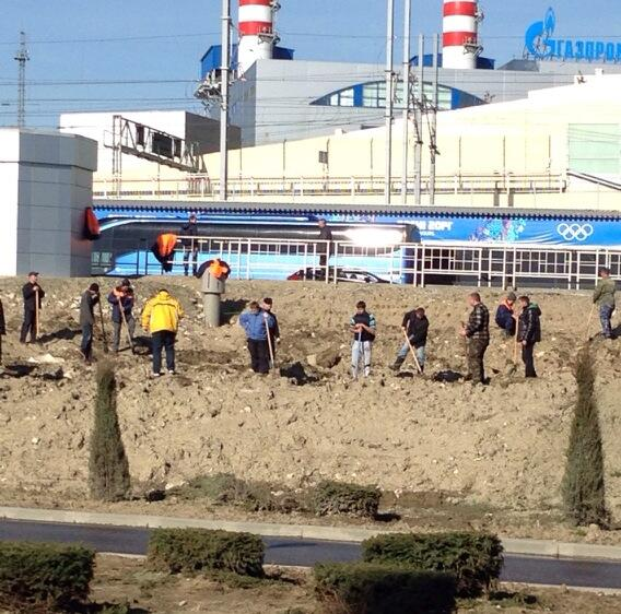 With opening ceremony of Olympics just five hours away, men are still hard at work in #Sochi. http://t.co/CUeO65pZWa