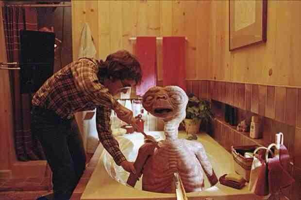 Spielberg giving E.T. A bath! When I was a kid I always imagined that E.T. must have stunk http://t.co/aNBdlyJuhd