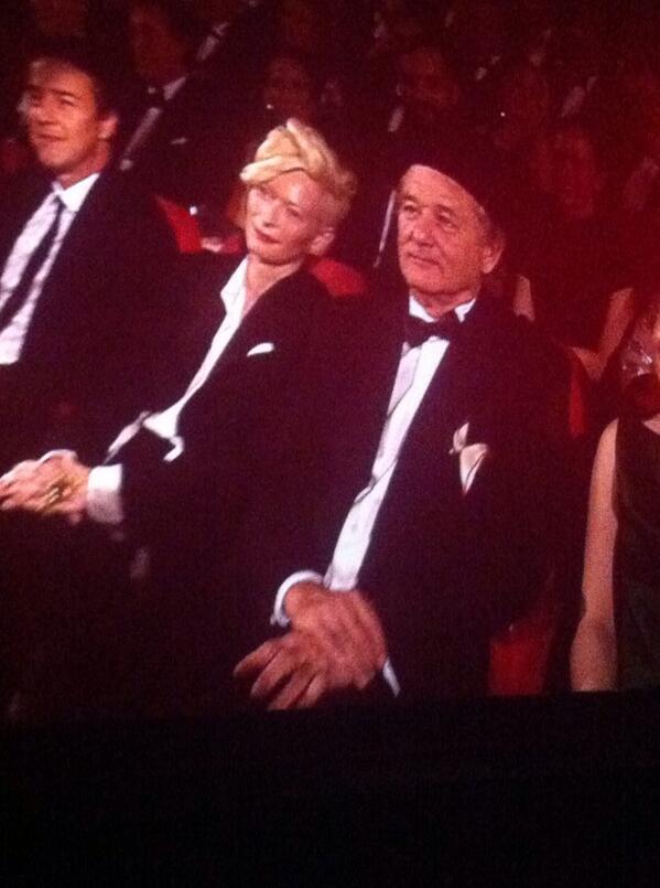 昨夜のオープニングで、参加スターたちを探して客席を歩き回る司会者に「ティルダ・スウィントンでしょう?」といわれ「いえ、デヴィッド・ボウイです」と答え会場を沸かしたティルダ。確かにw 隣りはビル・マーレイ。 http://t.co/P0VFJoko2V