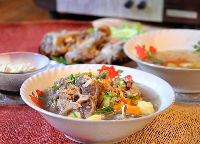 Makan siang @warungsuluh ada Nasi krawu, Nasi pecel ayam,Sop buntut kuah. http://t.co/PT6VP9emRW