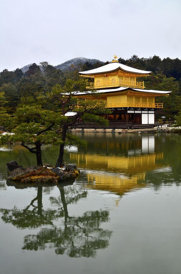 今朝は京都でも雪が積もっていました。金閣寺もすっかり雪化粧され幻想的で幽玄な雰囲気に。 http://t.co/jcHB9VVAik