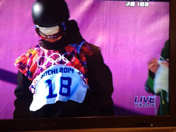 これこれこれ!!白いマフラー?ガーター編みっぽかった。 RT @_arzm: スタート前の選手の横で編み物してるのなんで…   #mitazo http://t.co/U2ec7DvrTN