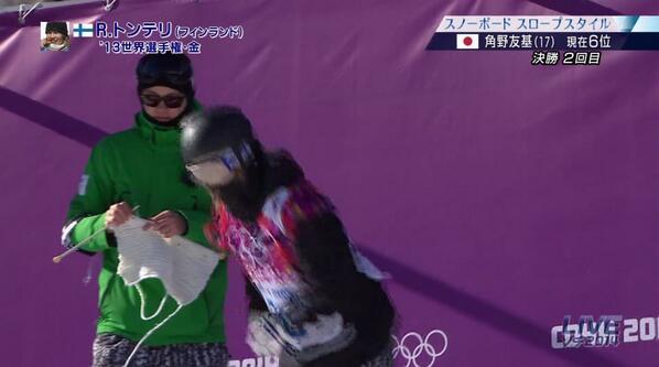 ソチオリンピック、スノボ男子スロープスタイル決勝、 フィンランド代表トンテリ選手2回目スタート。 編み物をするスタッフ http://t.co/lzAcY52Zqg