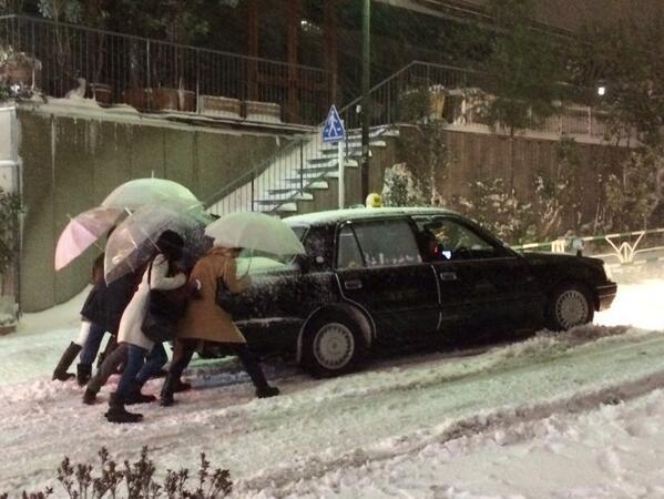 タクシーが坂を登れなくて、皆で押して頑張ってた http://t.co/7VEiZ8QkNq