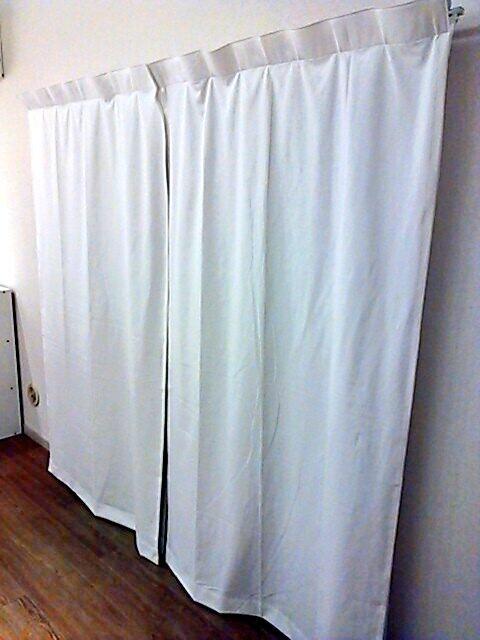 昨日届いた無印のオーダーカーテン、オフホワイトでノンプリーツ・フラットスタイルにしたら貧相になってしまった。窓6面すべて。レールの長さそのままをオーダーして  ...