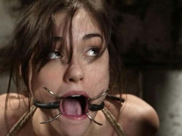 попки видео как девушки закрывают рот девушке и мучают легла жесткую скамью