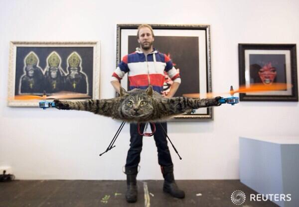 네덜란드 한 예술가가 자기가 키우던 괭이가 죽자 그걸 박제해서 무선 핼리콥터로 만들어 버림 http://t.co/6zb5l1Piyt