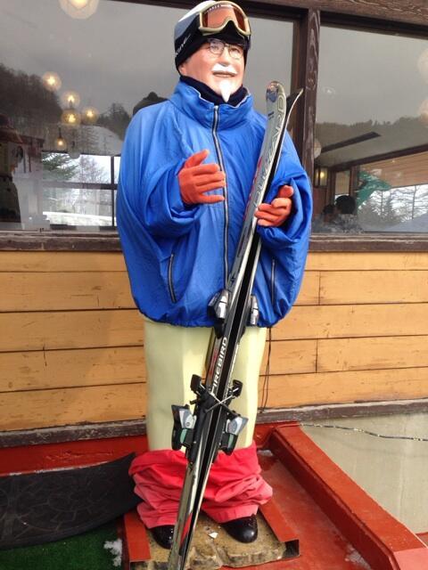 スキー場のカーネルサンダースのズボンが脱がされてる pic.twitter.com/NUVFqxxYCw