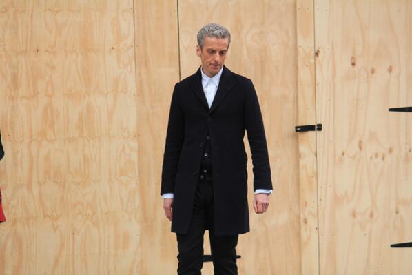A better look at The Doctor's outfit - notice Peter's wedding ring that he rarely takes off for roles  #dwsr http://t.co/N3vv6dVBsk
