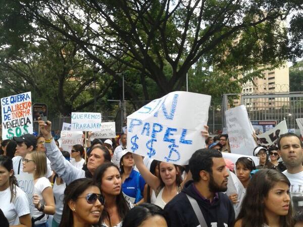¡Ya frente a CADIVI, los estudiantes estamos en la calle! http://t.co/EwRU9ibs45